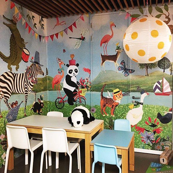 feestelijk dieren parade fiets restaurant Sophia Erasmus MC kinderziekenhuis muurschildering wand collage vrolijk nostalgie vintage retro illustratie collage zebra panda konijn poes krokodil giraffe olifant beer das dino flamingo vos bootjes vlaggetjes jarig