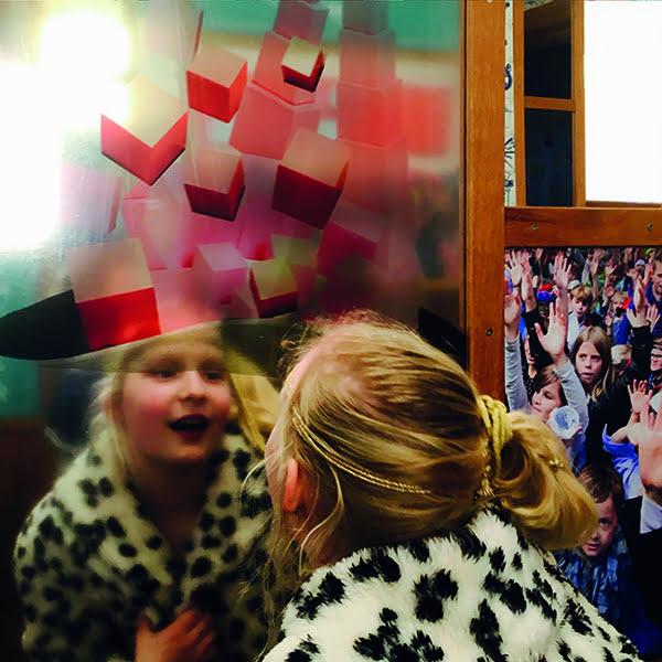 interactief spiegels spiegelbeeld montessori roze toren bruine trap kleurenspoeltjes globe topografie vrolijk hoed snor telstokken montessori materiaal nienhuis tunnel jubileum 100 jaar maria montessori grootzus illustratie collage