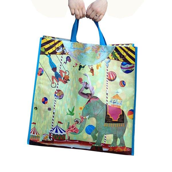 circus tas shopper boodschappentas Noordhoff schoolboeken educatie boeken uitgeverij collectors item illustratie vrolijk olifant collage grootzus acrobaten ballen kleurrijk grote tas handig